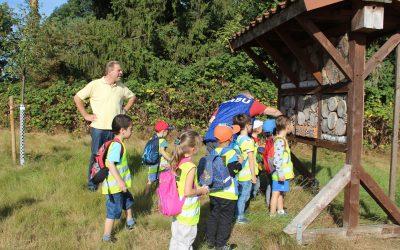 """Der Kindergarten """"St. Heinrich"""" aus Hannover besucht die Streuobstwiese"""